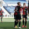 Un beso rompe los cuidados en el retorno de la Bundesliga